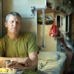 Mann fährt einen Schläfer-Zug — Stockfoto