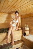 Donna seduta nella sauna — Foto Stock