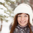 Smiling girl in wintry park — Stock fotografie