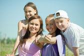 Twee gelukkige vrouwen met kinderen en jongeren — Stockfoto