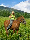 Dziewczyna na koniu oklep — Zdjęcie stockowe