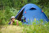 キャンプ テントの中で横になっている女性 — ストック写真