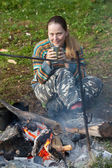 Turismo feminino bebendo chá — Fotografia Stock