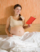 Pregnant woman reading book — 图库照片