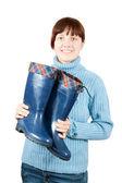 Vrouw bedrijf waterdichte gumboots — Stockfoto