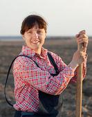 šťastné ženy farmář v poli — Stock fotografie
