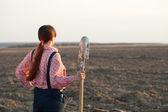 Samica rolnika w zaorane pole — Zdjęcie stockowe