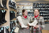 Women shopping at shoes shop — Stockfoto