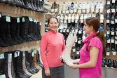 女性が店で高い靴を選択します。 — ストック写真