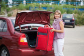 Woman packing her baggage — Stockfoto