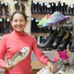 Woman shopping at shoe store — Stock Photo