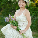 Woman in camomile wreath — Stock Photo