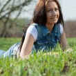 Brunette woman in meadow — Stock fotografie