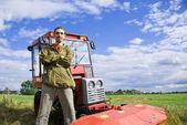 Anställd med traktor — Stockfoto