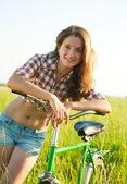 自行车在草丛中的女孩 — 图库照片