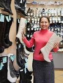 成熟的女人选择高统靴 — 图库照片