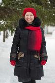 Mogen kvinna på vinter park — Stockfoto