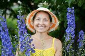 счастливые садовник в живокост растение — Стоковое фото