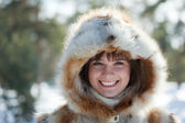 Smiling girl in wintry park — ストック写真
