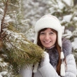 Woman near pine tree — Stockfoto