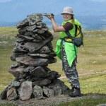 Alpinist woman making stone heap — Stock Photo