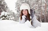 女孩躺在雪地上 — 图库照片