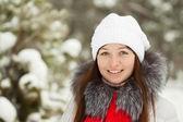 портрет девушки в зимний парк — Стоковое фото