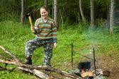 Turista con hacha haciendo leña — Foto de Stock