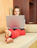 Girl on sofa with laptop — 图库照片