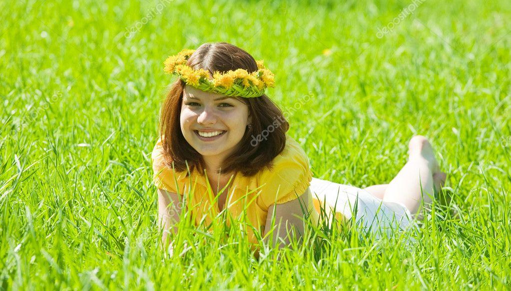 女孩在草地上花圈