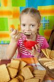 Menina comer sobremesa de leite — Foto Stock