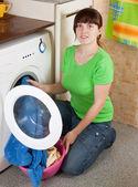 Woman loading the washing machine — 图库照片