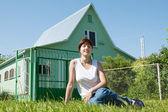 Mulher feliz no gramado em frente à casa — Fotografia Stock
