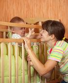 赤ちゃんと母親を果たしています。 — ストック写真