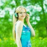 女孩听音乐户外 — 图库照片