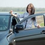 她的车在路的女人 — 图库照片