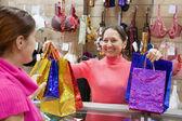 Verkoper en koper aan balie — Stockfoto