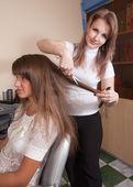 Cabeleireiro, trabalhando com a garota de cabelos longos — Foto Stock