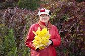 Zralá žena s javorovým kytička — Stock fotografie