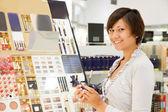 Junge frau im kosmetik-shop — Stockfoto