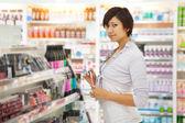 žena v obchodě kosmetika — Stock fotografie