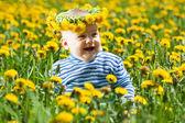 Małe dziecko w koronka kwiaty — Zdjęcie stockowe