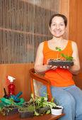 Mogen kvinna med groddar — Stockfoto