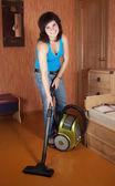 Fille nettoie avec aspirateur — Photo