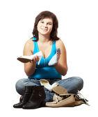 Frau reinigt schuhe — Stockfoto