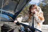 Young girl repairing the car — Stockfoto