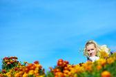 成人美女黄色、 红色的花间 — 图库照片