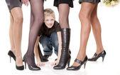 Chlapec mezi ženské nohy — Stock fotografie