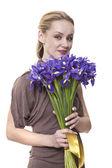 La blonde a un contrôle sur un bouquet d'iris — Photo