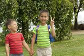 Due ragazzi, fratelli, mano nella mano — Foto Stock